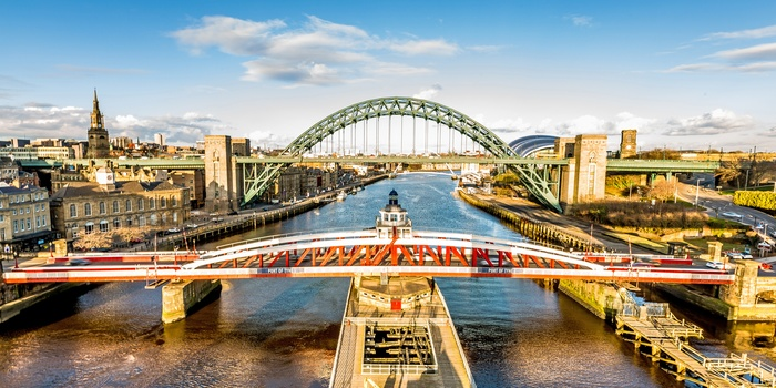 Broer over floden Tyne i Newcastle, England