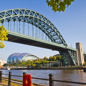 Tyne Bridge og Gateshead Sage i Newcastle, England