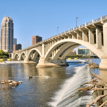 Floden Mississippi og broen The Third Avenue Bridge i Minneapolis