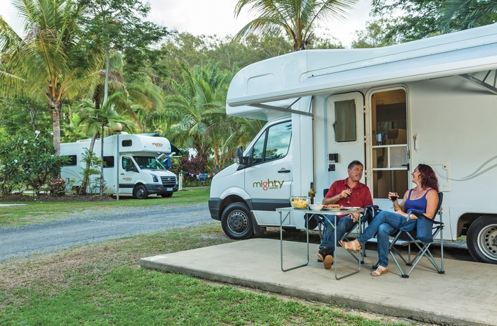 Mighty Double Up autocamper på campingplads - Australien
