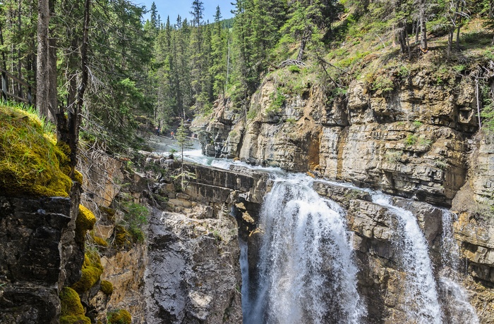 Vandfald ved Johnston Canyon i Banff National Park, Alberta i Canada