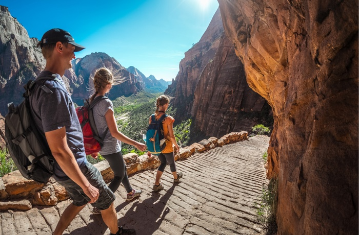 Hikers vandrer i Zion Nationalpark i Utah