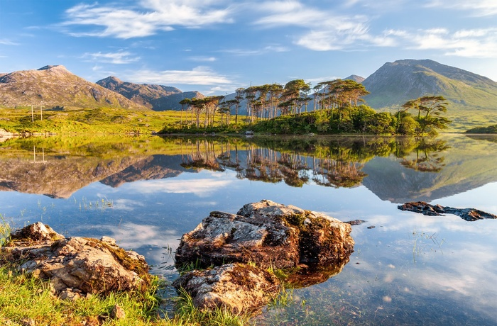 Derryclare Lough i Connemaras frodige natur i Irland