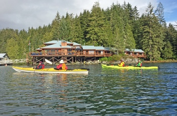 I kajak forbi Farewell Harbour Lodge i British Columbia, Canada