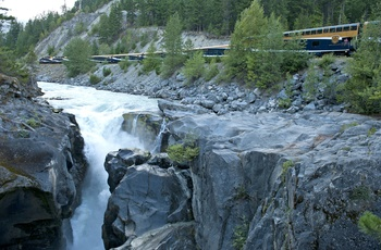 Rocky Mountaineer - Toget ved Nairn Falls, Canada