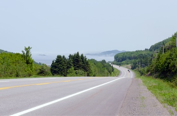Highway langs St. Lawrence floden i Quebec, Canada
