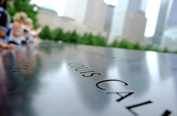 Rejsende ved Ground Zero / 9/11 Memorial i New York, USA