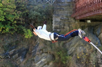 Bungy jumping fra Kawarau Bridge på Sydøen i New Zealand