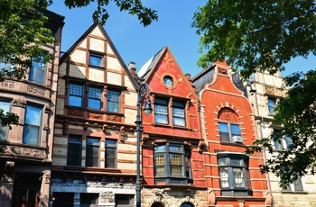 Flotte gamle Brown stone-huse i Harlem i New York
