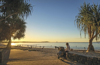 Noosa Beach med aftensol, Sunshine Coast i Queensland, Australien