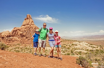 Familie på vandretur i Arches National Park, Utah i USA