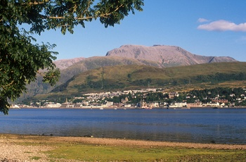 Udsigt over Loch Linnhe til Fort William og Ben Nevis Skotland